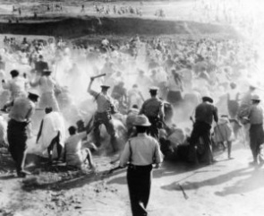 Foto: http://sacivilrights.weebly.com/sharpeville-massacre.html (Source from ANC archives, unknown photographer, 21st March 1960)