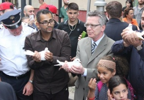 Gemeinsame Aktion des Preisträgerprojekts Kiezbezogener Netzwerkaufbau e.V. mit dem Bundesinnenminister für ein friedliches Miteinander im Soldiner Kiez (Foto: KbNa e.V.)